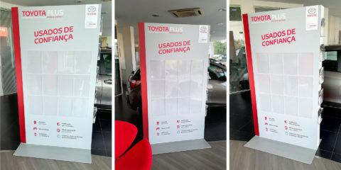 Expositor ToyotaPlus com Bolsas em Acrílico